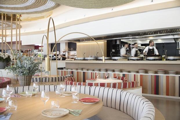 cocina barra interior restaurante en la barceloneta mana diariodesign