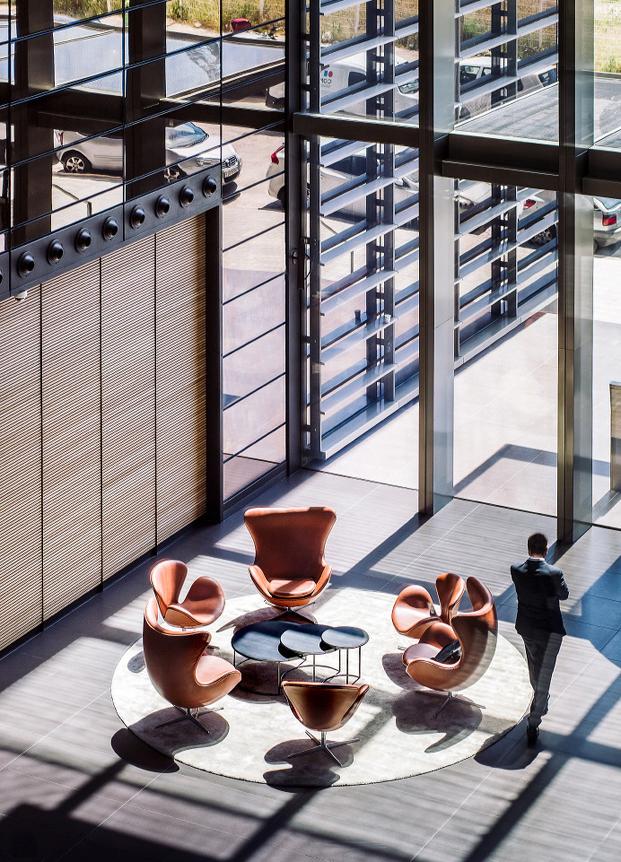 hall nuevas oficinas cuatrecasas abogados de GCA architects butaca de fritz hansen