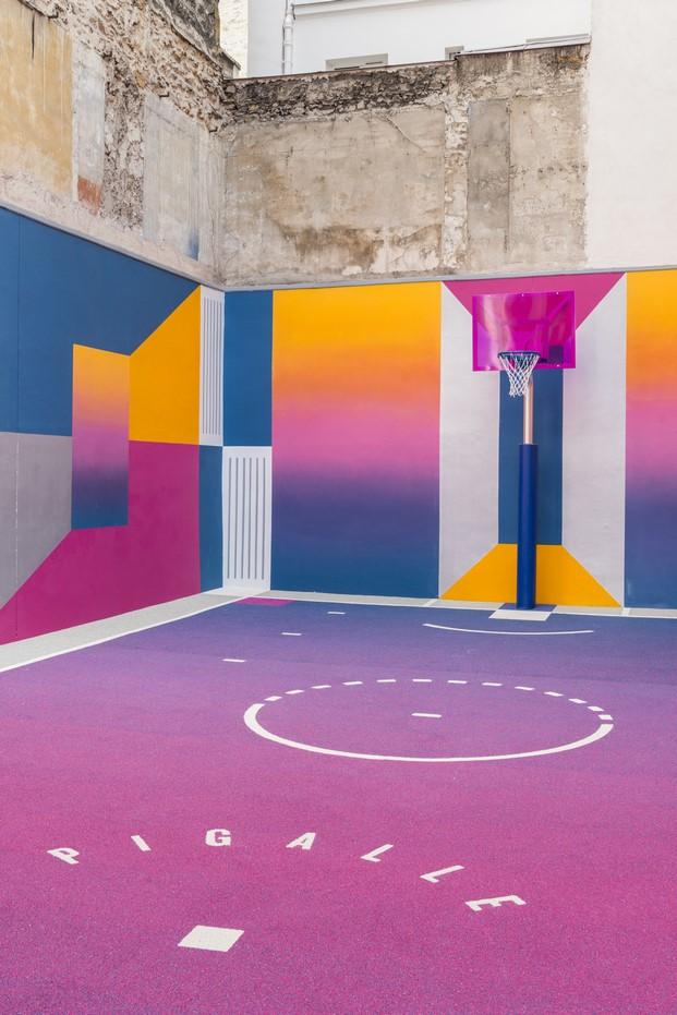 pista baloncesto en un patio de llstudio de la marca pigalle con nike en paris diariodesign