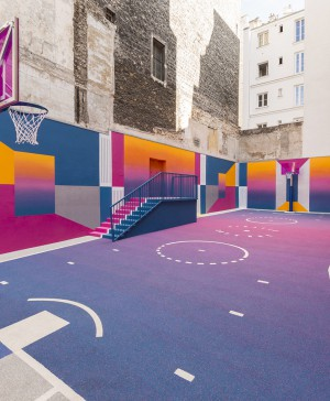 pista baloncesto en un patio de llstudio en pigalle con nike en paris diariodesign