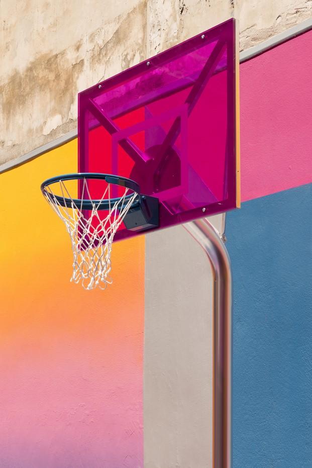 cesta de baloncesto en un patio de llstudio para pigalle y nike en paris diariodesign