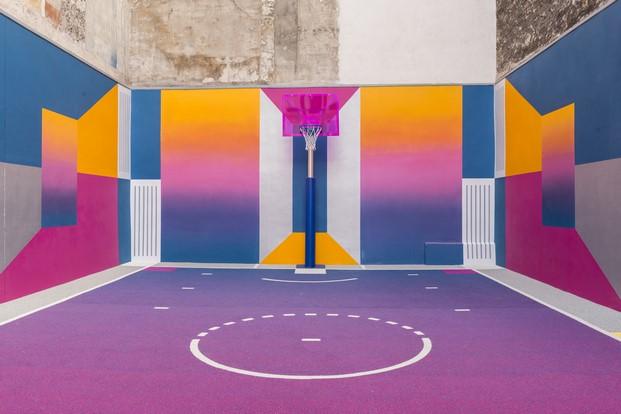 pista baloncesto en un patio de llstudio econ pigalle y nike en paris diariodesign