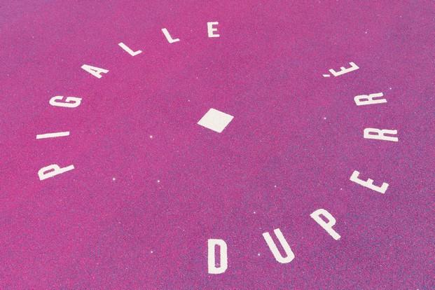 logo de pigalle cancha baloncesto en un patio de llstudio  en paris diariodesign