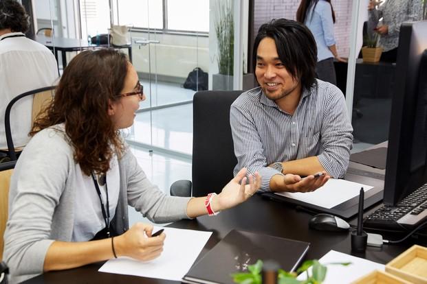 Elena Minguela con el diseñador Kota en el centro de mazda