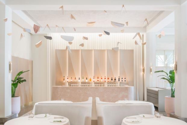 interiores en rosa restaurante en singapur