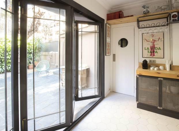 cocina entrada de una casa de pueblo en barcelona de barbara Aurell diariodesign