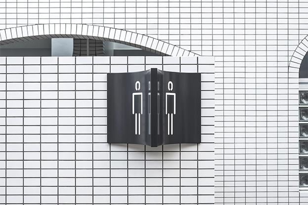 señaletica baño en la estación de tren de cofufun de Nendo