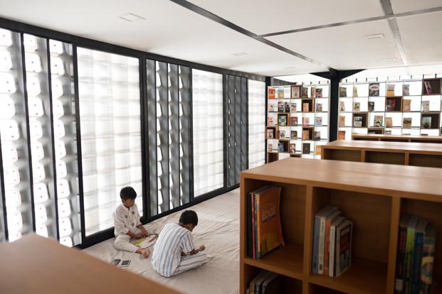 niños en la microbiblioteca Microlibrary Bima  Indonesia diariodesign