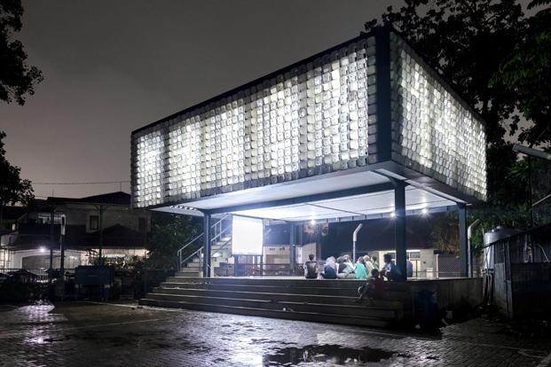 vista nocturna de la microbiblioteca Microlibrary Bima en Indonesia diariodesign