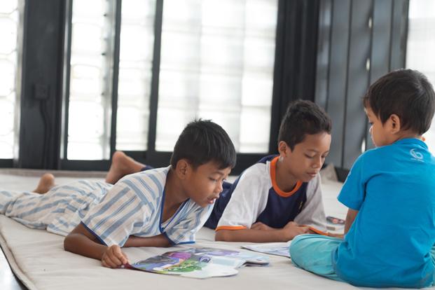 ninos en la microbiblioteca Microlibrary Bima SHAU Indonesia diariodesign