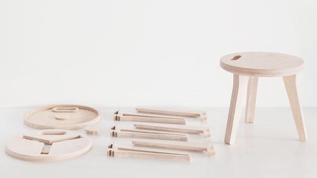 Edie Stool de David y Joni Steiner para Open Desk Paimio Armchair de Alvar Aalto en el Victoria and Albert Museum