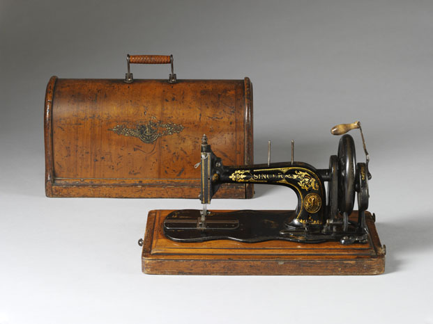 Máquina de coser con caja de madera contrachapada Victoria and Albert Museum