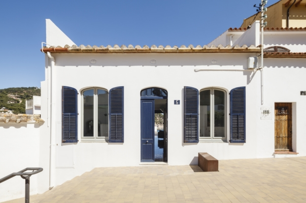 entrada casa en la costa brava nook arquitectos esgarbi diariodesign