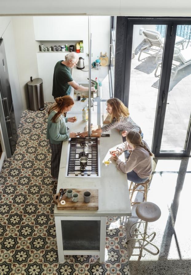 vista aerea de la cocina casa en la costa brava nook arquitectos diariodesign