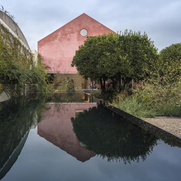 piscina buhardilla La Casa Vermelha una moderna reforma en portugal de extrastudio en diariodesign magazine