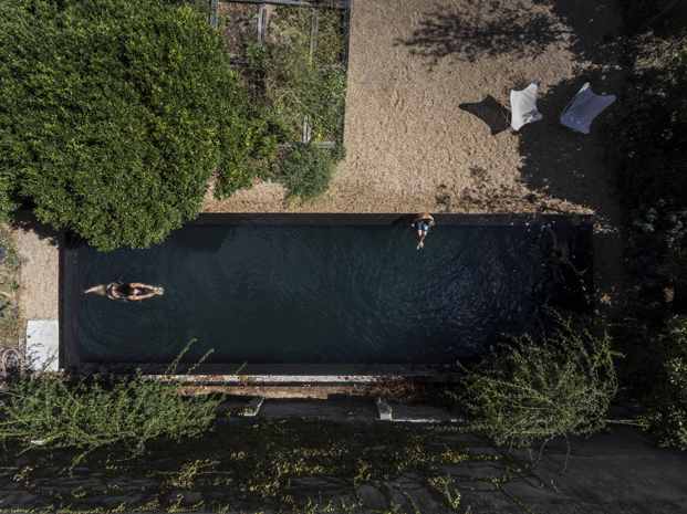 vista aerea piscina buhardilla La Casa Vermelha una moderna reforma de extrastudio en diariodesign magazine