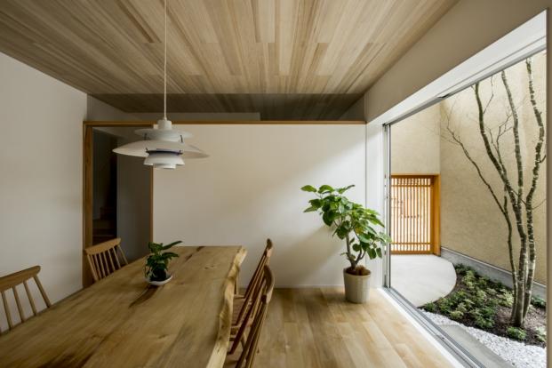 mesa en una casa japonesa con patio kyomachi diariodesign