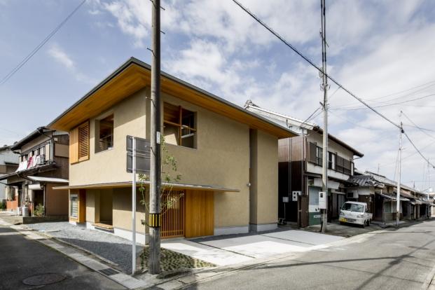 fachada casa japonesa kyomachi con patio diariodesign