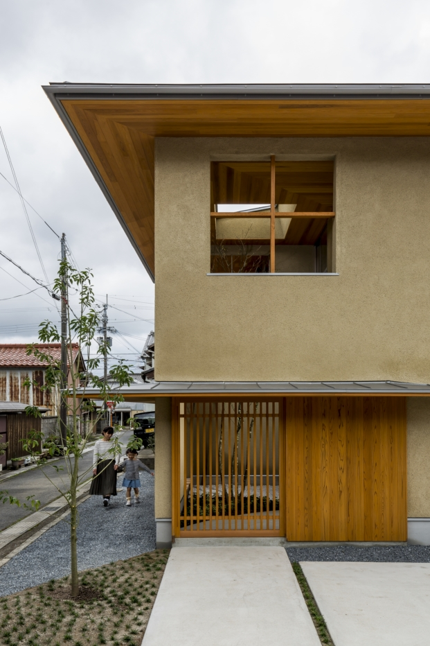 fachada lateral casa japonesa kyomachi con patio diariodesign