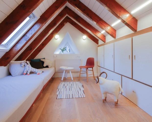 techo de la buhardilla de un apartamento en la montana diariodesign
