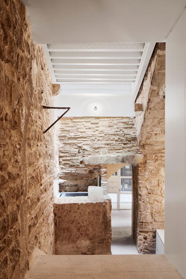 muralla romana en una rehabilitacion en barcelona de viviendas diariodesign