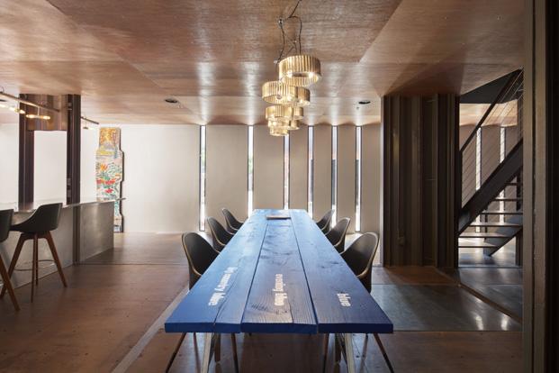 mesa en edificio carroll house en nueva york del estudio lot ek diariodesign