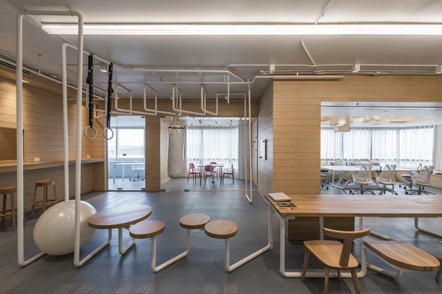 gimnasio en una oficina de onion arquitectos diariodesign
