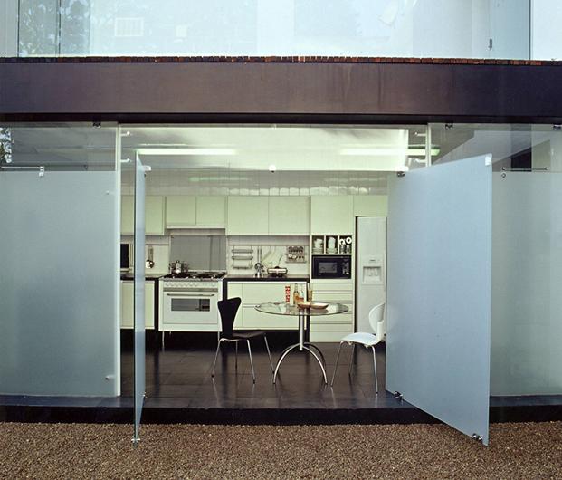 cocina casa con patio residencia austria de simone mantovani arquitetura en sao paulo diariodesign