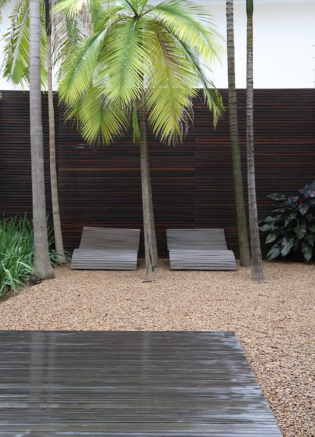 patio de una casa con patio de simone mantovani arquitetura en sao paulo diariodesign