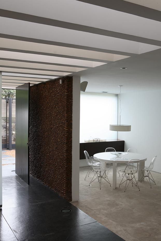 espacios entrada casa con patio Residencia austria de simone mantovani arquitetura en sao paulo diariodesign