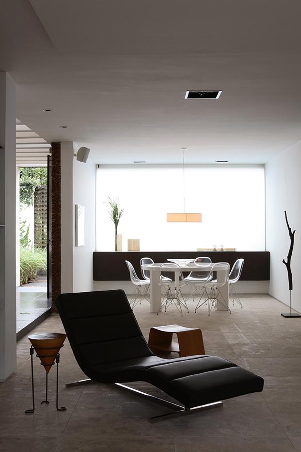blanco y negro en casa con patio residencia austria de simone mantovani arquitetura en sao paulo diariodesign