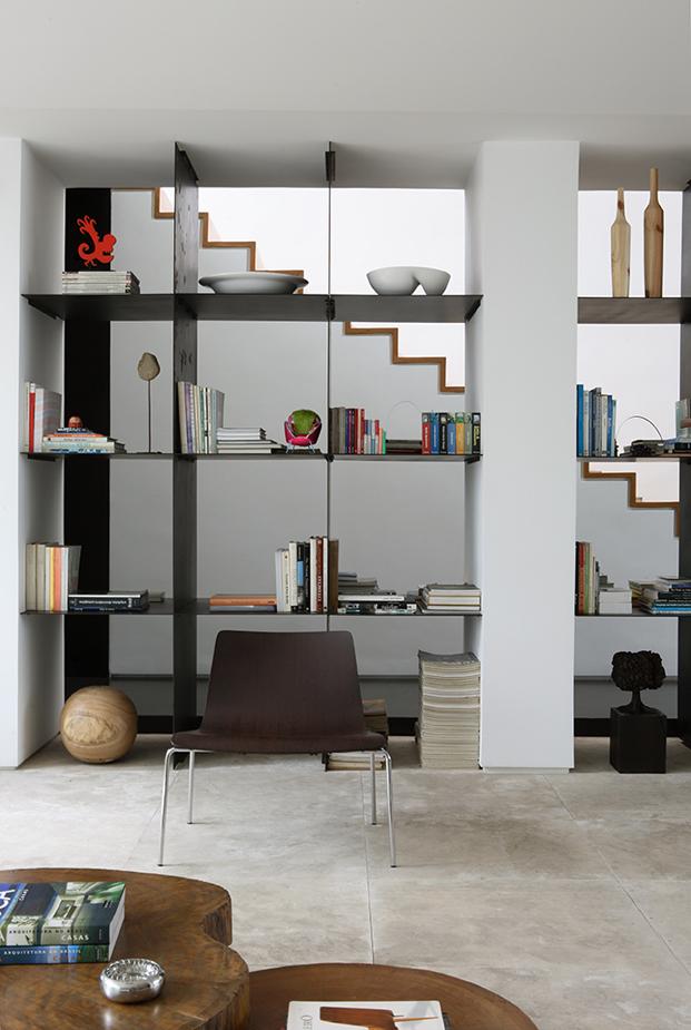 libreria en casa con patio residencia austria de simone mantovani arquitetura en sao paulo diariodesign