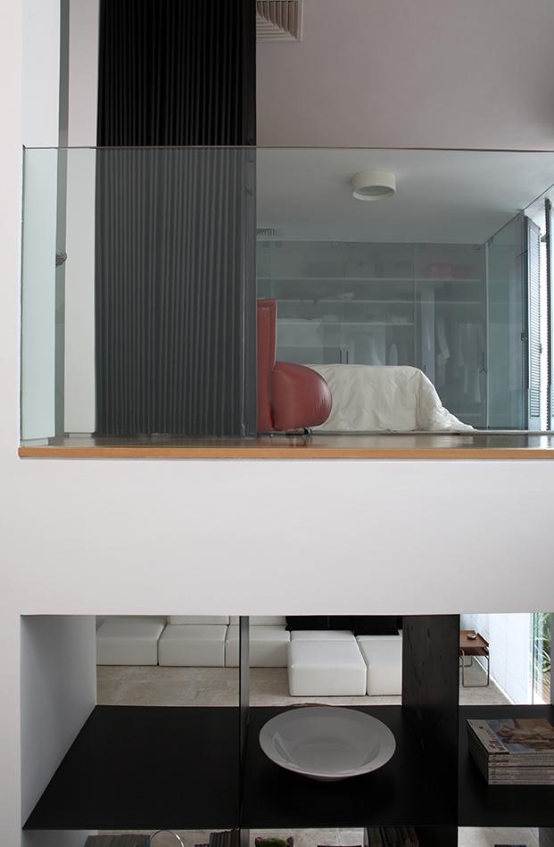 dormitorio escalera casa con patio de simone mantovani arquitetura en sao paulo diariodesign