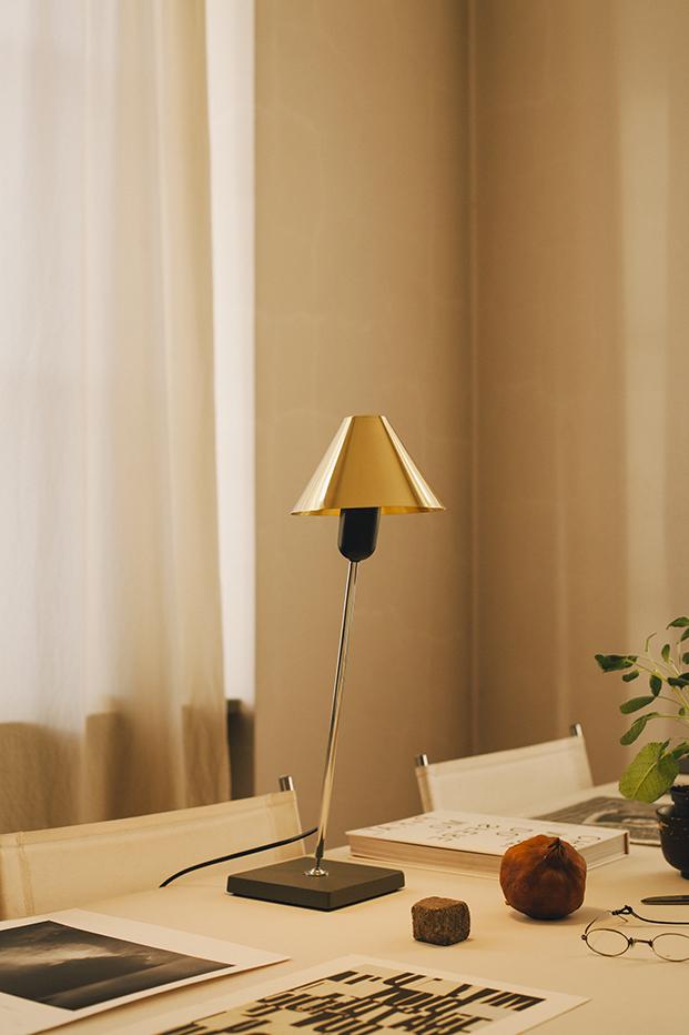 santa cole lampara Gira en laton diariodesign