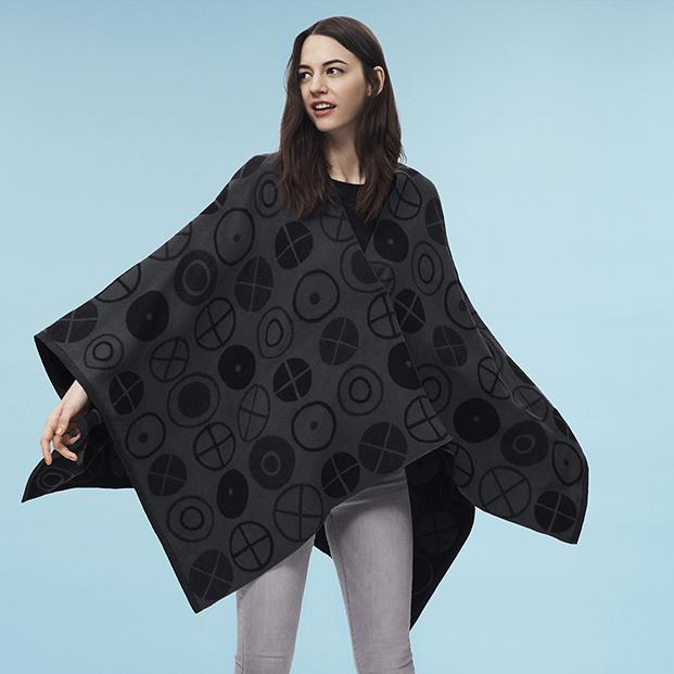 poncho negro uniqlo de eames diariodesign