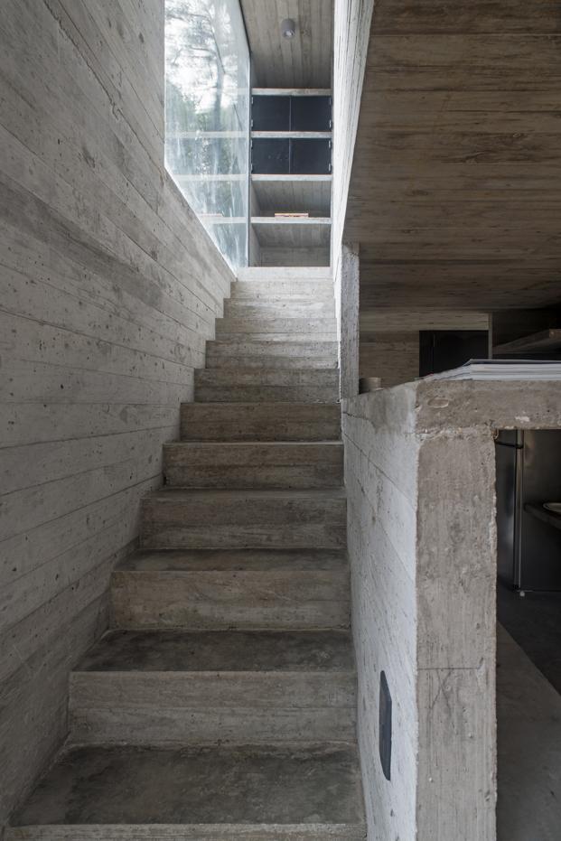 escaleras vivienda en hormigon casa H3 diariodesign