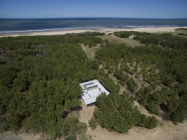 Casa L4 de Luciano Kruk vista aerea casa de hormigon en argentina diariodesign