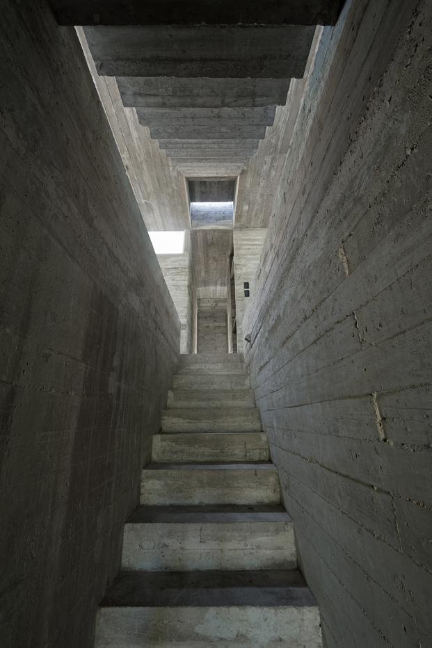 Casa L4 de Luciano Kruk escalera casa de hormigon diariodesign