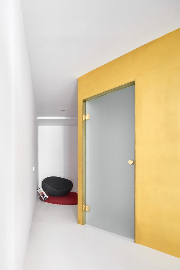 duplex en barcelona puerta cristal diariodesign