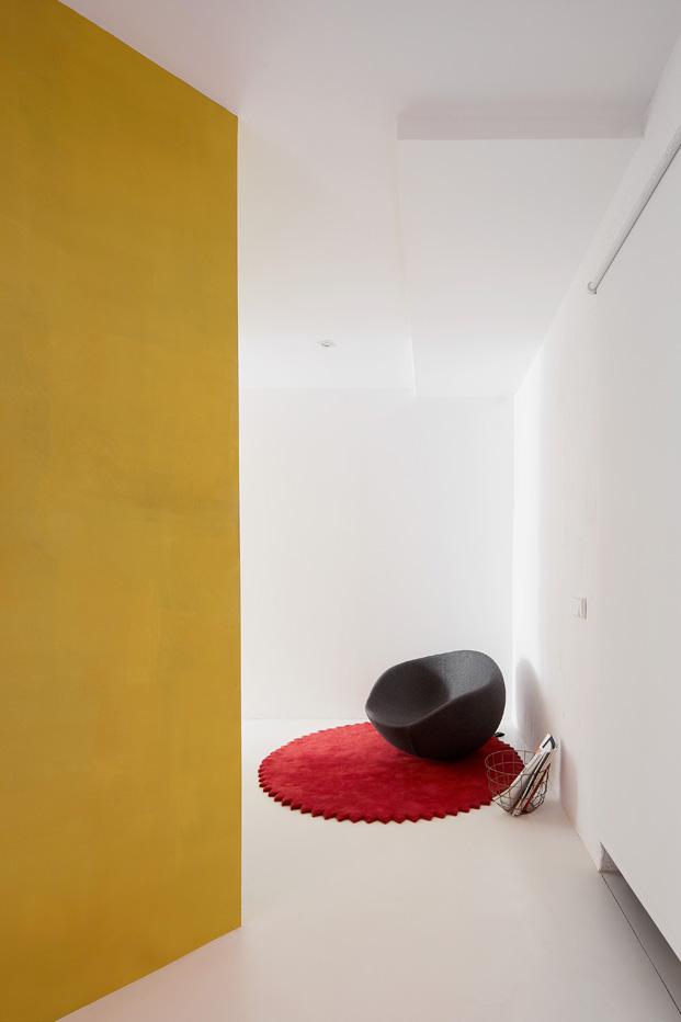 duplex en barcelona blanco y amarillo diariodesign