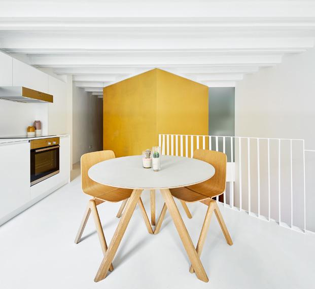 duplex en barcelona mesa cocina diariodesign