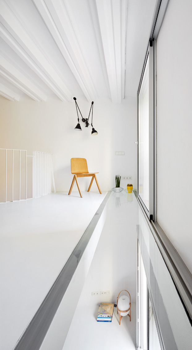 duplex en barcelona lampara santa cole diariodesign
