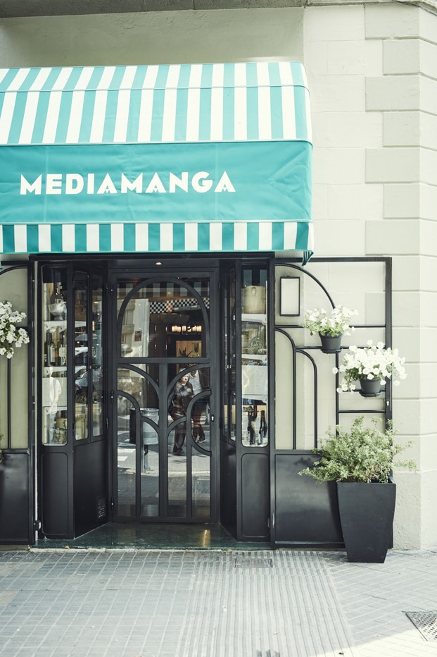 toldo fachada restaurante tasca mediamanga en barcelona diariodesign