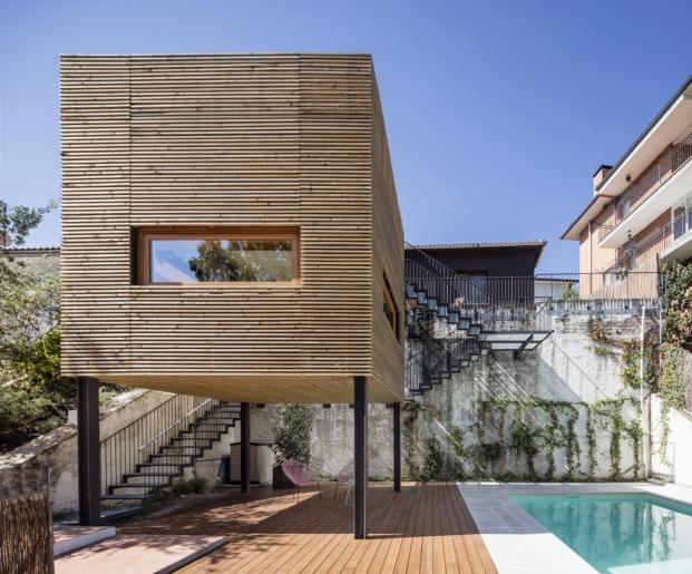 ampliar una vivienda alventosa morell arquitectes con un volumen de madera diariodesign