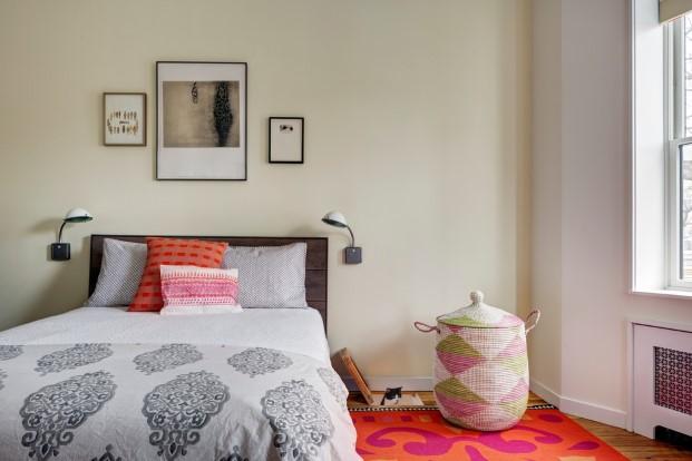 dormitorio de una casa para unos artistas y sus gatos en Brooklyn diariodesign