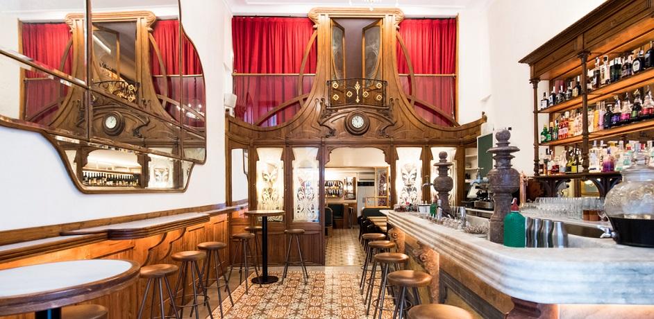 Bar modernista muy buenas en el raval de barcelona for Casas de muebles en barcelona