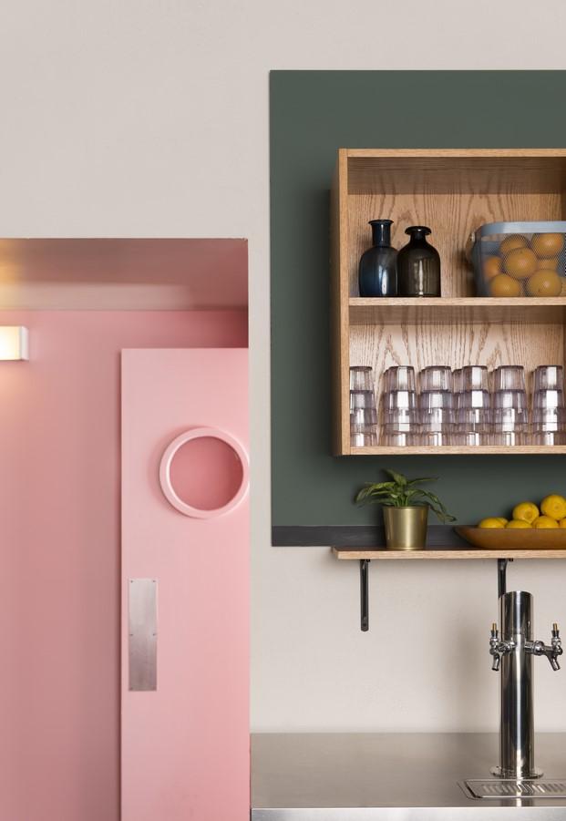 restaurante con baños en rosa superbaba
