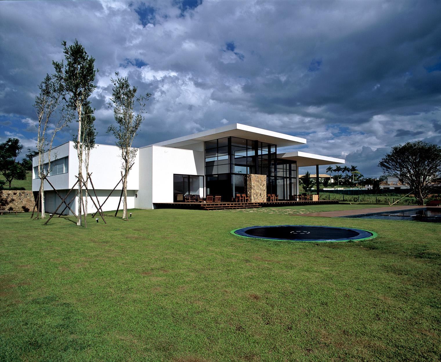 Residencia-baroneza-simone-mantovani-exterior-jardin-diariodesign