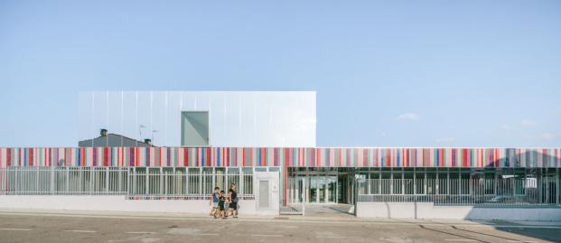 El colegio casi invisible de Villares de la Reina top esta semana en diariodesign