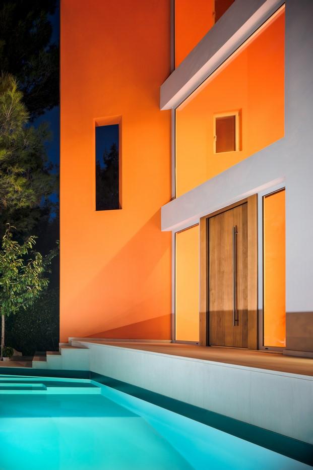 casa de colores en stamata piscina diariodesign
